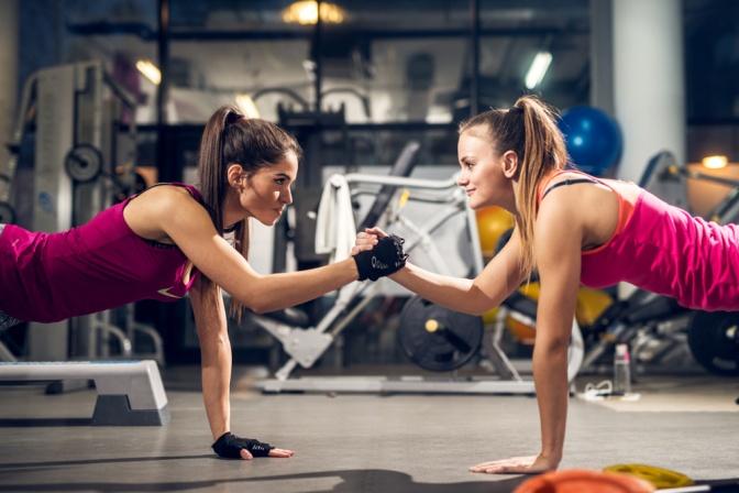 Zwei junge Frauen beim Sport