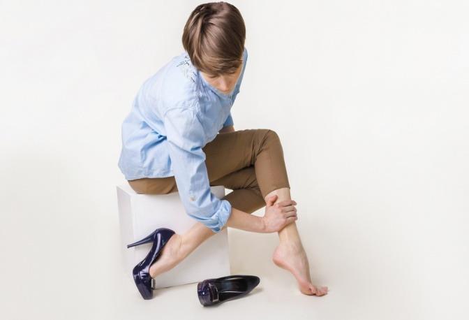Frau mit Schmerzen in den Beinen