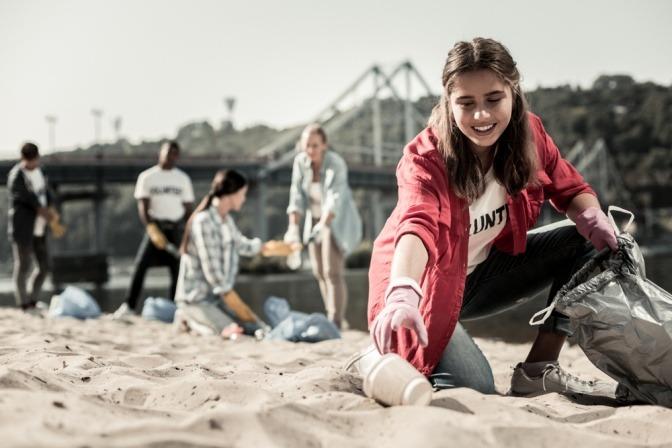 Eine Frau sammelt Müll