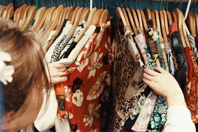 Frau an ihrem Kleiderschrank