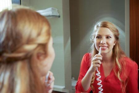 Mit der Silodent Munddusche lassen sich Zahnzwischenräume besonders einfach reinigen.