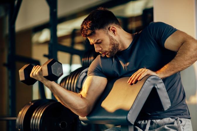 Ein Mann trainiert seine Muskeln