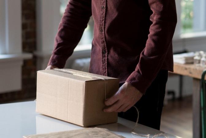 Ein Mann verwendet eine nachhaltige Verpackung