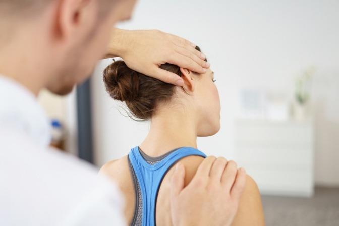 Frau bei einer physiotherapeutischen Behandlung