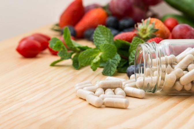 Vitamine sind in Kapselform abgebildet