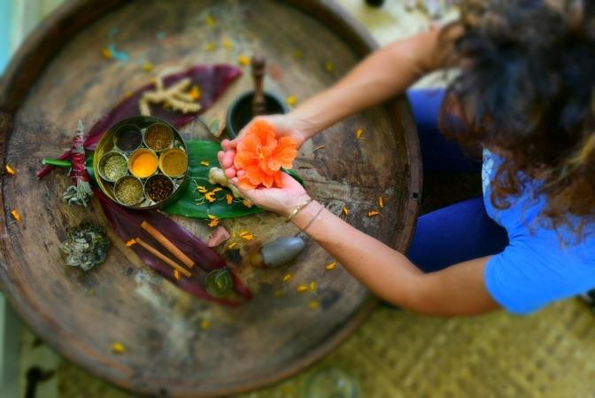Eine Frau hat Ayurveda Zutaten für natürliche Schönheit