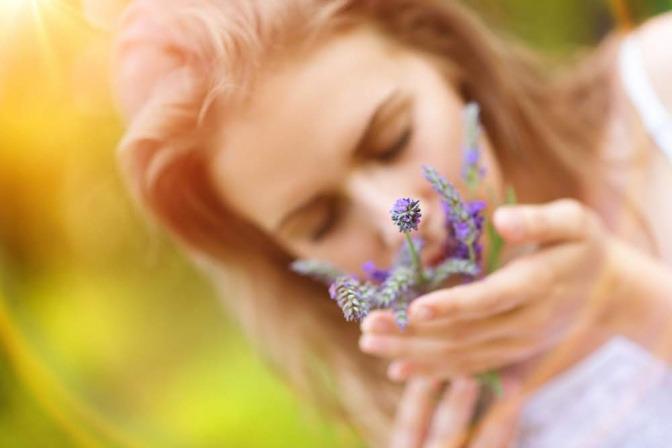 Eine Frau riecht an Lavendel