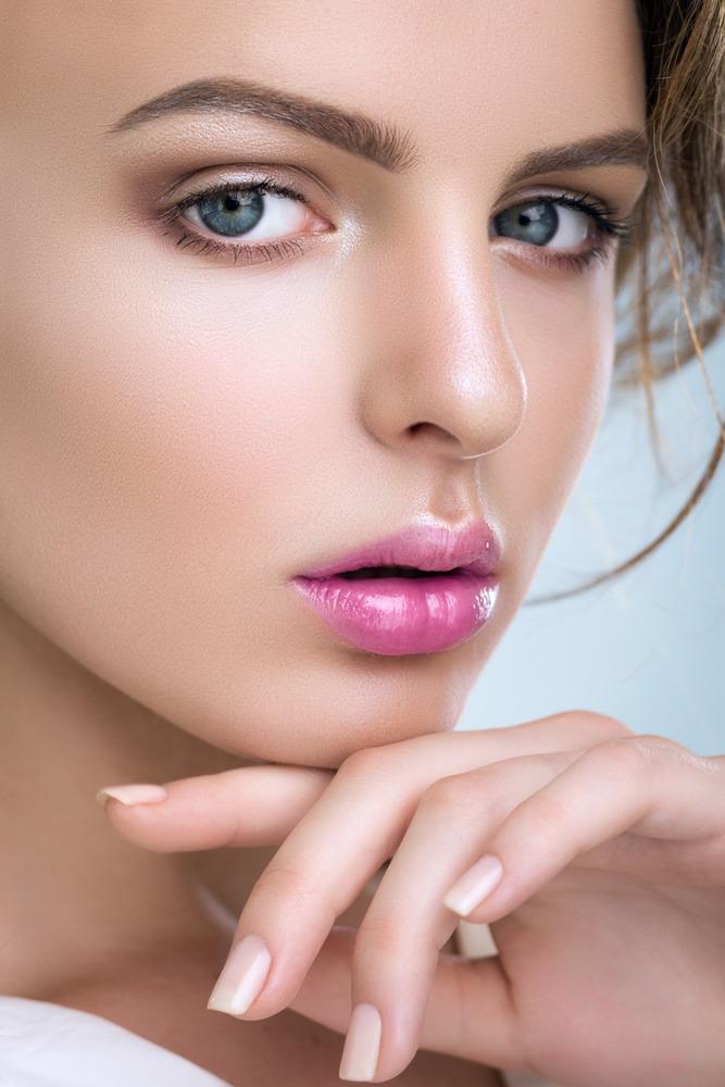 Das natürliche Augen-Make-up wurde in hellen Brauntönen geschminkt