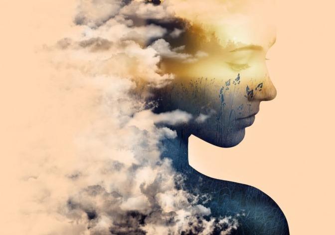 Eine Frau im Profil. Die linke Hälfte des Bildes besteht aus Wolken, die teilweise auch ihren Körper ausmachen. Sie blickt nach rechts unten, ihr Gesicht ist durchsichtig, man erkennt ein Kornfeld dahinter.