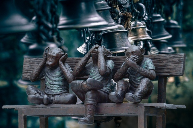 Affen, die nicht arbeiten und Mund, Nase und Ohren zuhalten, als Symbol für ein nicht intaktes Immunsystem