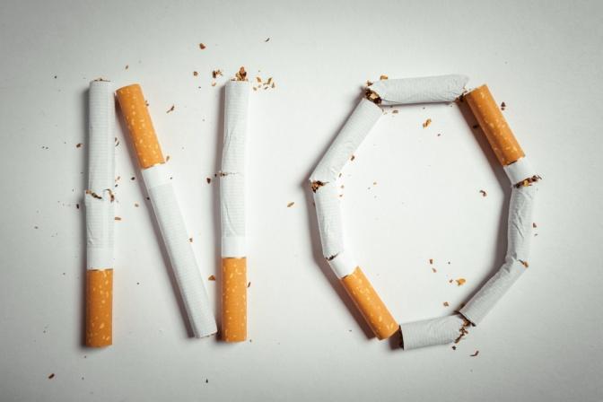 Aus Zigaretten ist der Schriftzug NO geformt