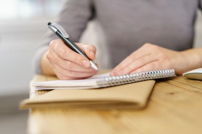 Eine Frau schreibt Notizen auf