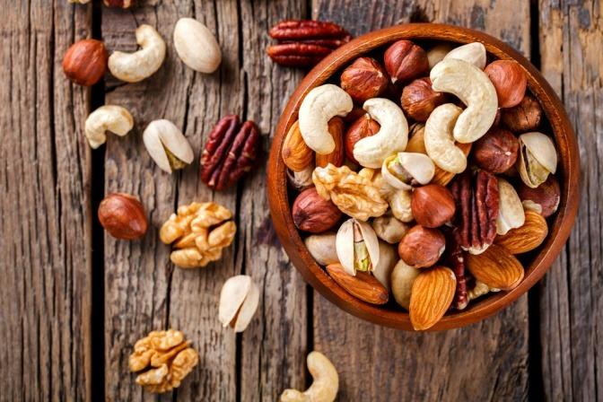 Eine Holzschale mit diversen Nüssen und Samen.