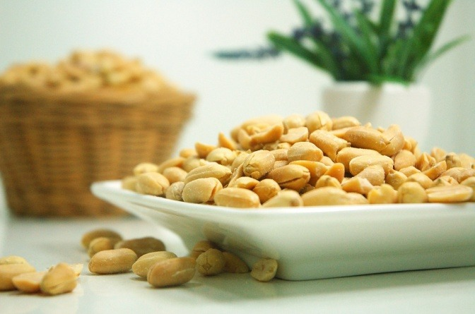 Erdnüsse sind auf einem Teller