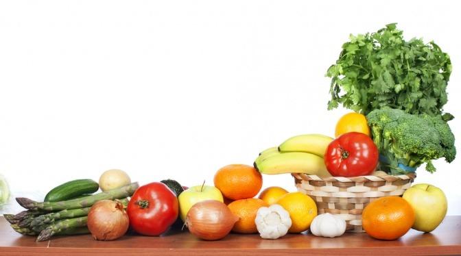 Obst und Gemüse liegt neben einem Korb