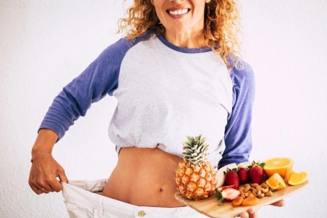 Frau mit Obstplatte zum Abnehmen