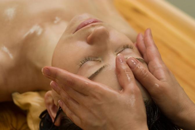 Eine Frau erhält eine Ayurveda Ölmassage