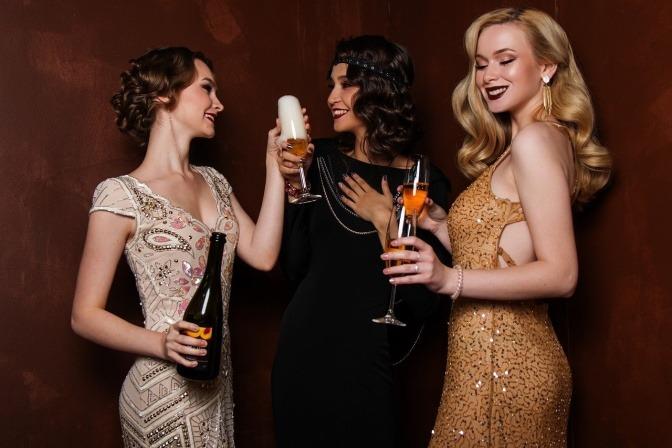 Drei Frauen mit offener Ballfrisur auf einem Fest