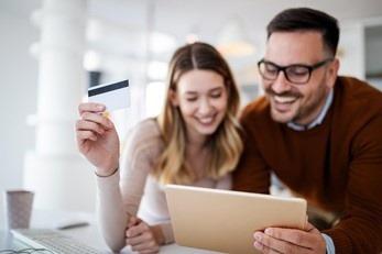 Ein Mann und eine Frau sind bei der Online-Bestellung von Kleidung