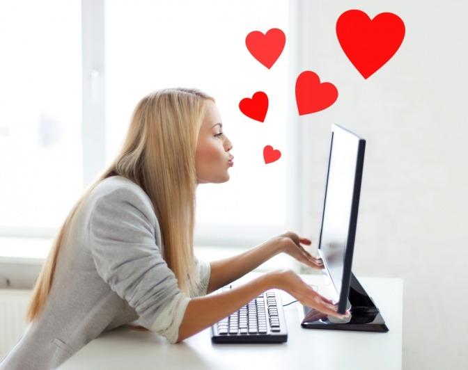 Kann man sich online verlieben, wie diese Frau, die Kussherzen in Richtung ihres Bildschirms schickt?