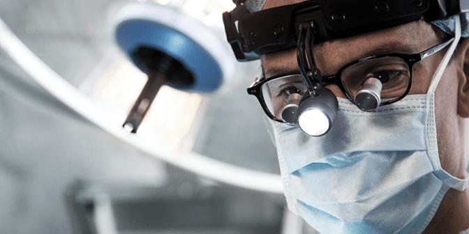 Ein Chirurg arbeitet im OP