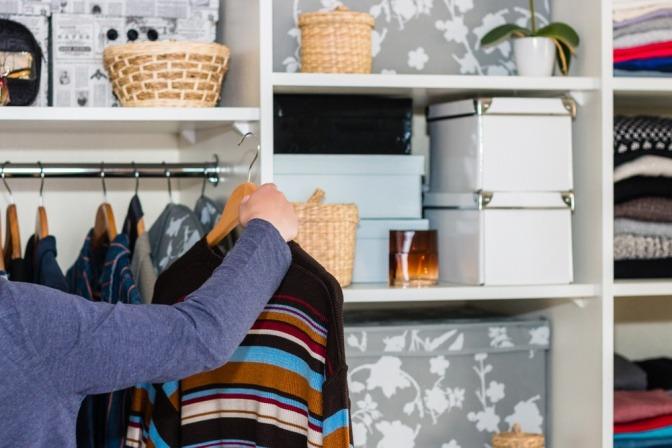 Eine Frau macht Ordnung im Schrank