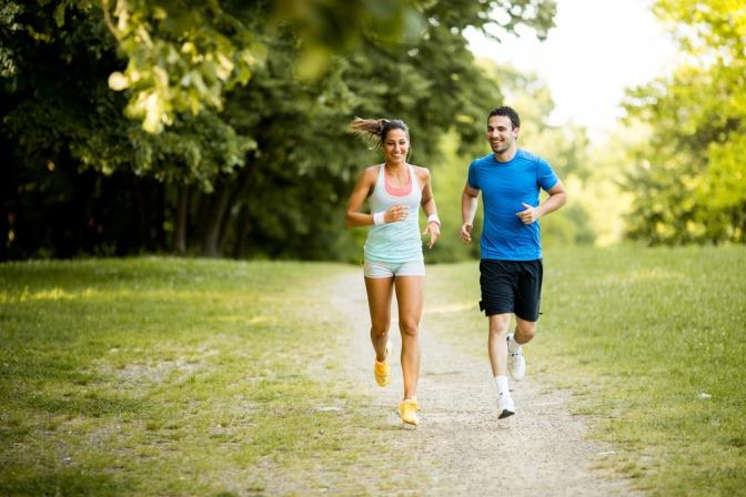 Ein Paar läuft an der frischen Luft