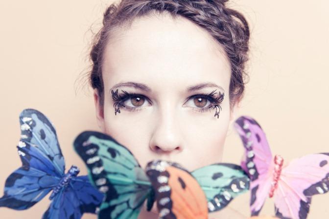 Eine Frau hat Paper Lashes Butterfly