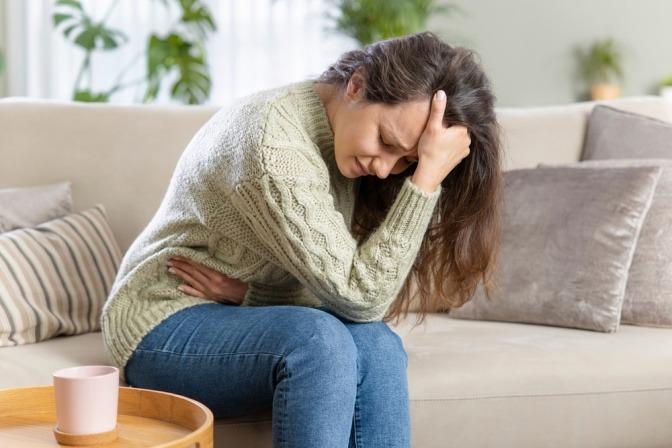 Eine Frau hat Parasiten im Körper und Bauchschmerzen