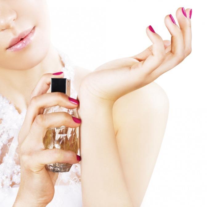 Eine Frau trägt Parfum auf