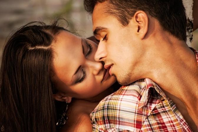 Ein zutiefst verliebt wirkendes Paar schmiegt sich kuschelnd aneinander.