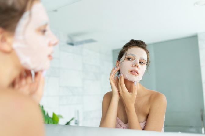 Eine Frau verwendet ein Peeling gegen Akne