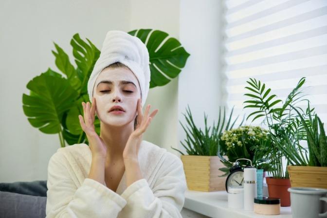 Frau mit personalisierter Kosmetik auf der Haut