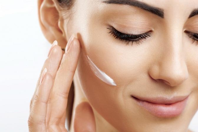 Frau mit Hautcreme im Gesicht
