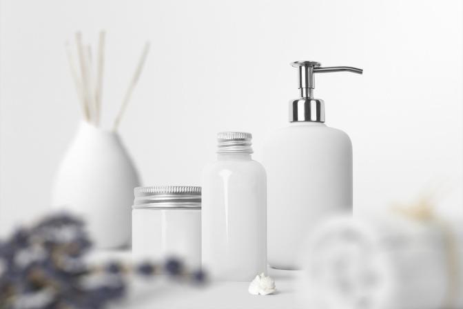 Kosmetik Pflegeprodukte stehen nebeneinander