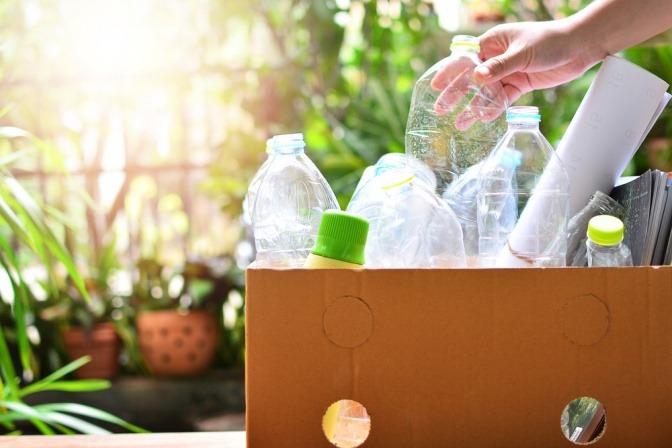 In einem Einkaufswagen sind Plastikflaschen