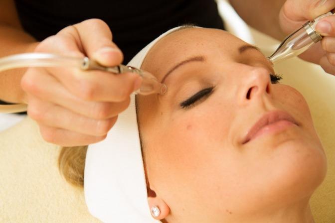Eine Frau wird mit einer Pulsationsmassage behandelt