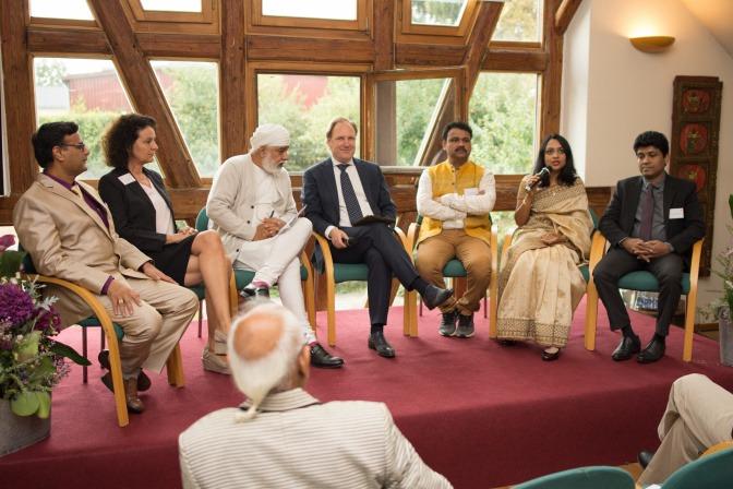 Die Teilnehmerinnen und Teilnehmer des Ayurveda Symposiums sind bei einer Podiumsdiskussion zu sehen