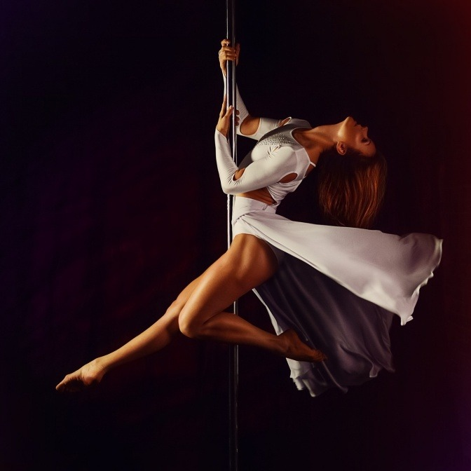 Eine Frau macht Pole Dance