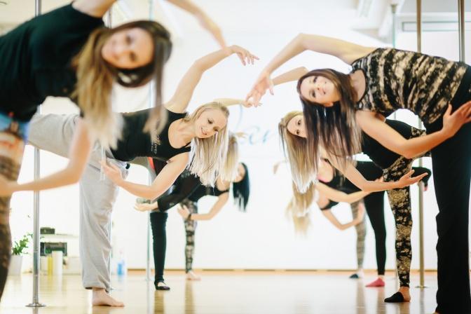 Frauen machen Pole Dance in Linz