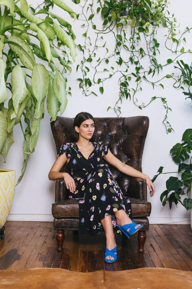 Eine Frau sitzt im Stuhl, will positiv denken, ist aber negativ