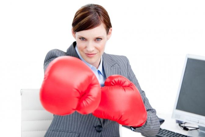 Eine Powerfrau hat mehr Energie und zeigt das mit Boxhandschuhen