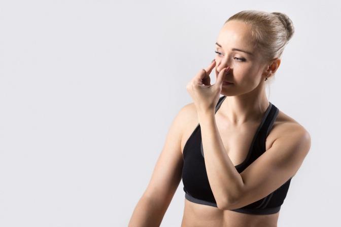 Eine Frau macht eine Yoga Atemübung (Pranayama)