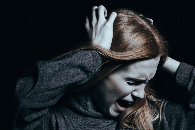 Eine schreiende Frau mit psychischer Erkrankung