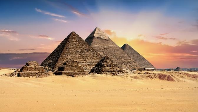 Pyramiden im Sonnenuntergang