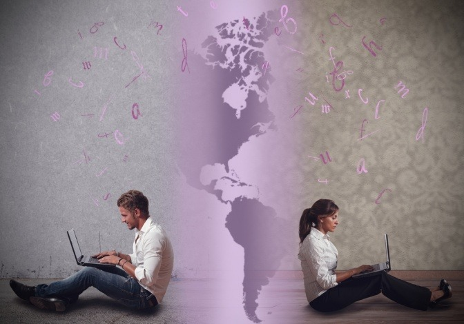 Ein Mann und eine Frau vor einer Landkarte mit Laptop