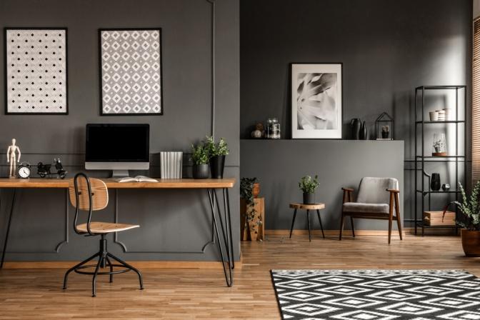 Ein Wohnraum ist mit einem Sofa und einem Schreibtisch ausgestattet