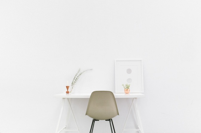 Ein Raum hat weiße Wände und weiße Möbel
