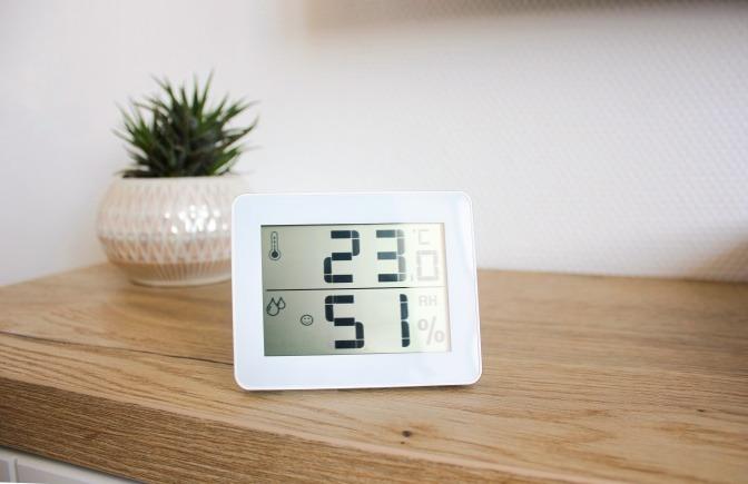 Ein Hygrometer zeigt die Luftfeuchtigkeit für das Raumklima an