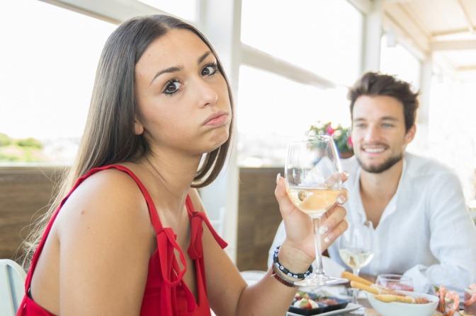 Eine Frau bei einem Essen mit einem attraktiven Mann. Sie will eindeutig raus aus der Friendzone.